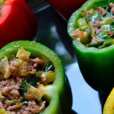 Полнети пиперки со праз и свинско мелено месо