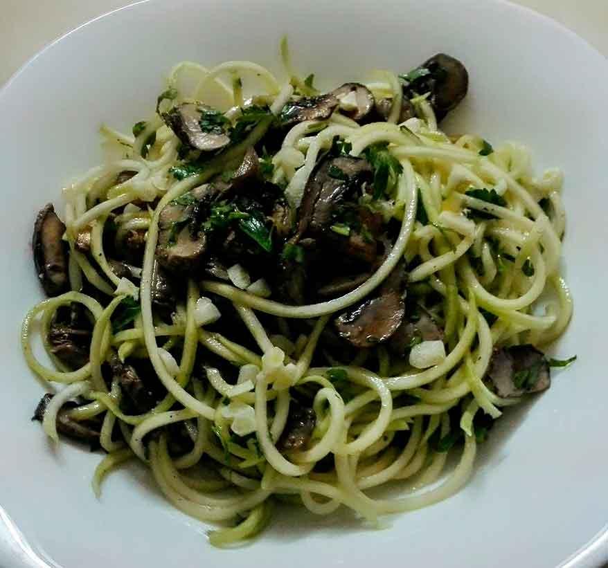 Шпагети од тиквица со печурки