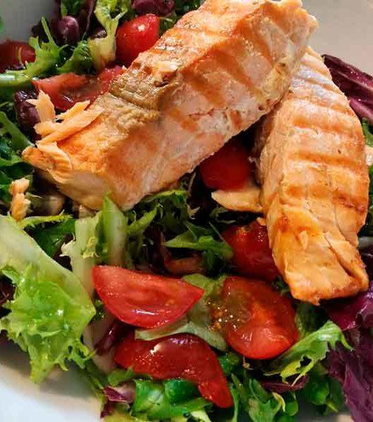 Шарена салата со печен лосос