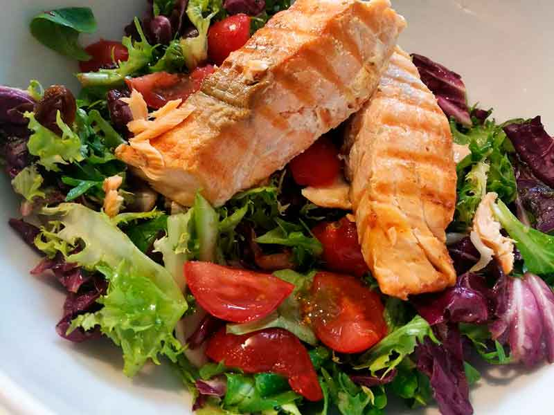 Топла салата со грилован лосос