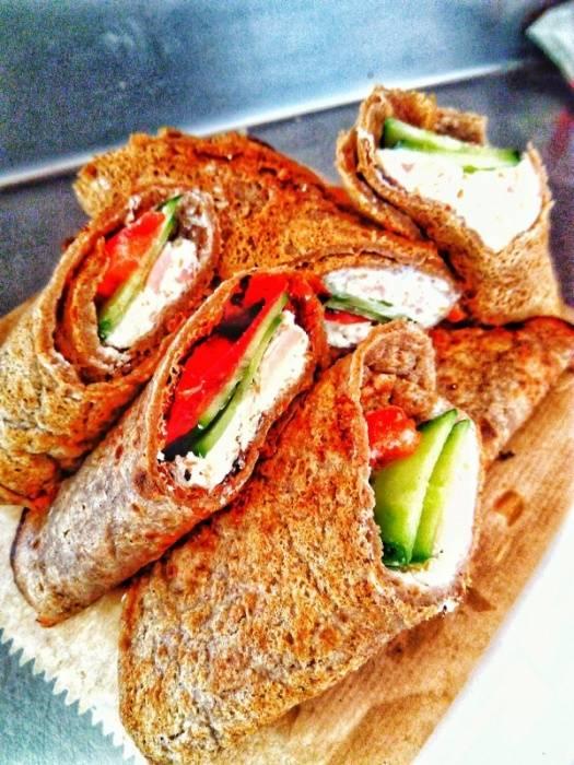 Појадок - Палачинки полнети со намаз од фета, подпечен сусам и сувомесно