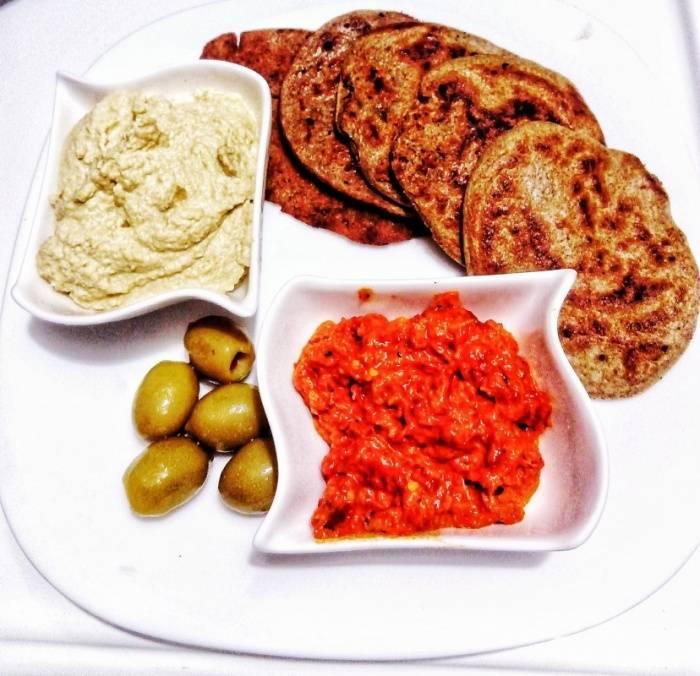 Појадок - Уштипци со хумус и ајвар
