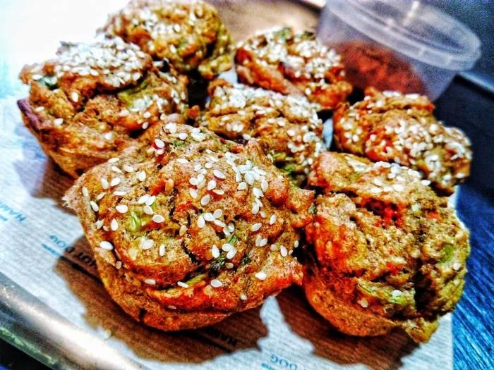 Појадок - Mафини со праз, ајвар, сусам и куркума