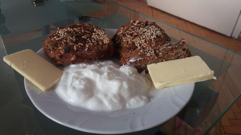 Појадок - Леп со путер и кисело млеко