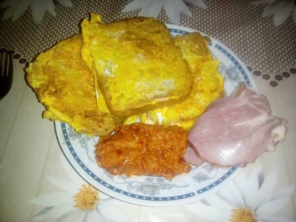 Појадок - Пржени р'жани лепчиња со ајвар и свински врат