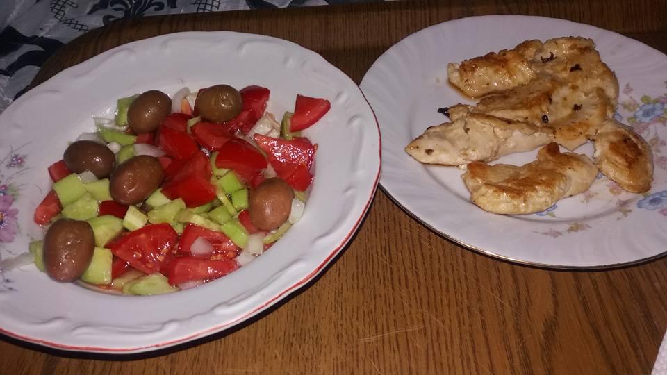 Ручек - Пилешко со свежа салата од краставица, домат, кромид и маслинки