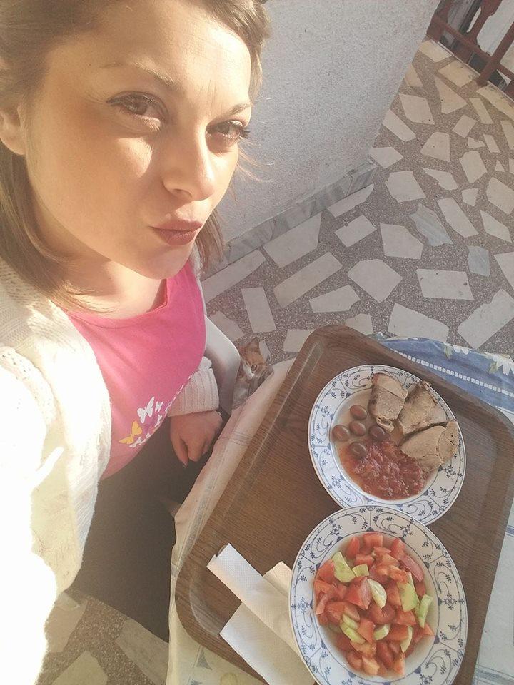Ручек - Свинско со сос од домати и свежа салата од краставици и домати